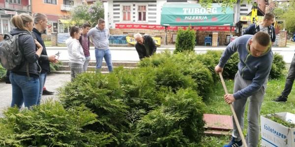 srednjoskolci uredjuju zelene povrsine u vlasenici